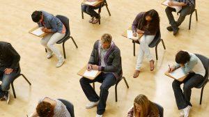 תלמידי מכללה בבחינה